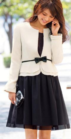 園式でママが着るスーツ。フェミニンで若く見える