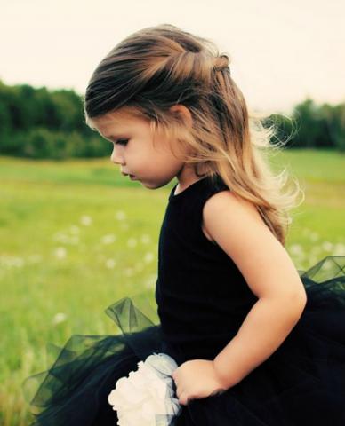 入学式での女の子の髪型はハーフアップで、ねじり