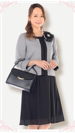 入学式で着るべき黒のワンピースに黒のバッグ