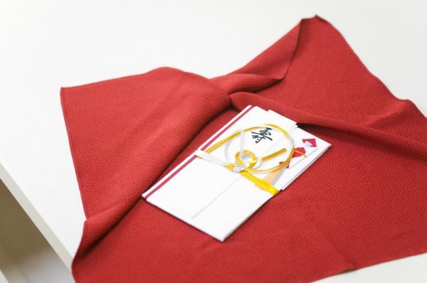 ご祝儀袋を包む袱紗