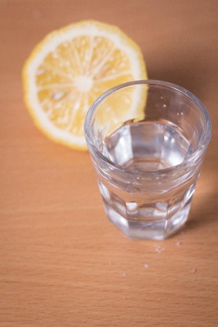 脱水症状を抑えるには水分の他に電解質を摂取する必要がある
